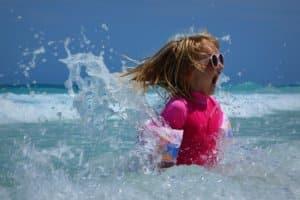 Mädchen plantscht im Meer