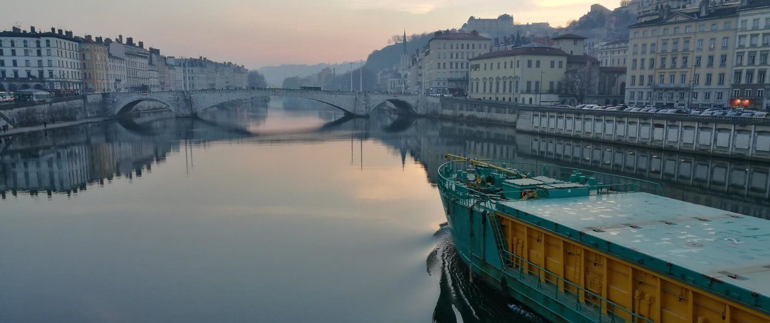 Morgengrauen am Fluss in Lyon