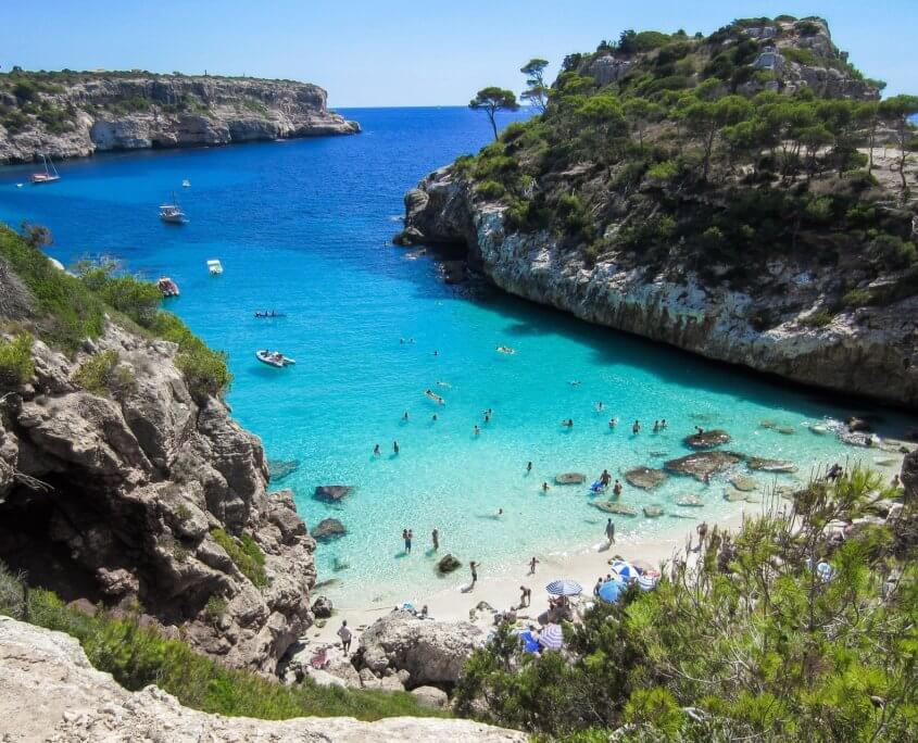 Türkisfarbiges Wasser in traumhafter Badebucht auf Mallorca
