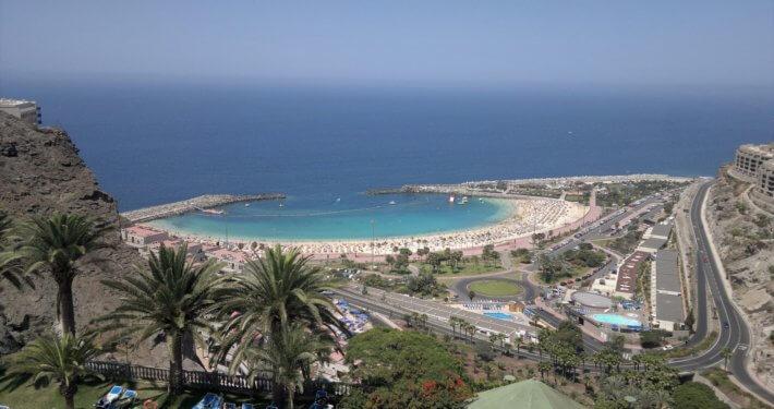 Aussicht auf die Stadt Puerto Rico auf Gran Canaria