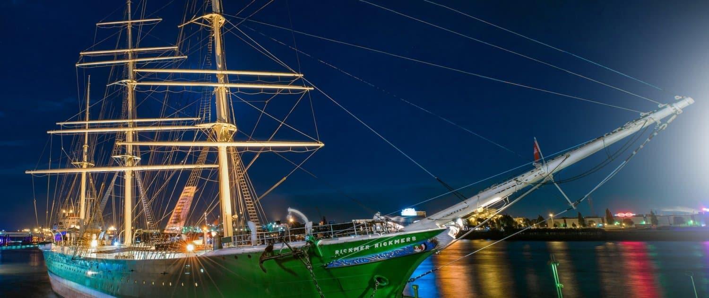 Beleuchtetes Schiff bei Nacht am Hamburger Hafen