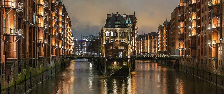Wasserschloss Hamburg bei Abenddämmerung