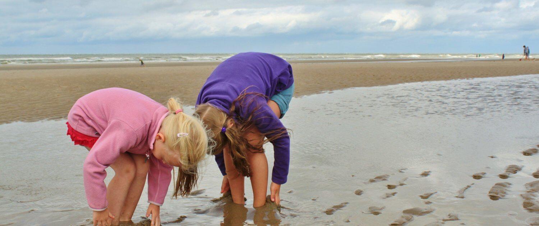 Mädchen spielend am Wattenmeer