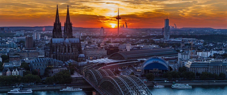 Kölner Dom und Stadt bei Sonnenuntergang