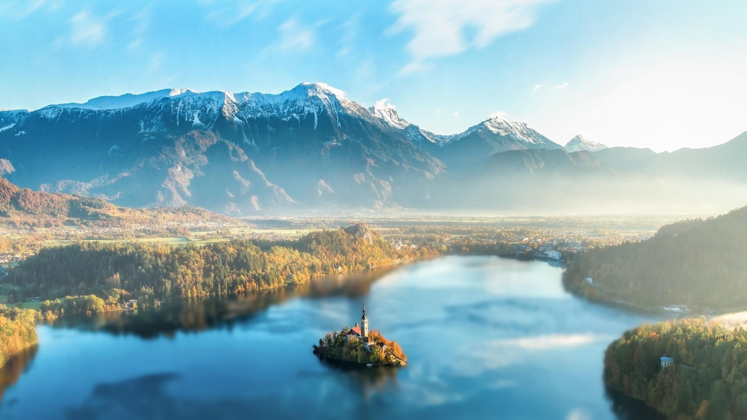 Auf die Liste der Orte, die Du in Slowenien gesehen haben musst, gehört unbedingt der Bleder See. Der See liegt malerisch eingebettet zwischen den Anhöhen eines Hochplateaus und weiß beim ersten Anblick ebenso zu verzaubern wie bei jedem weiteren. Im Umfeld findest Du tolle Gelegenheiten für Wanderungen und Naturerkundungen. Überhaupt spielt Natur während Deines preiswerten Urlaubs in Slowenien eine große Rolle. Tatsächlich hat das Land eine unglaublich große Vielfalt an Tier- und Pflanzenarten und mehr als 35% der Staatsfläche sind unter Schutz gestellt. In Slowenien billig Urlaub machen bedeutet daher auf jeden Fall, in ein Land zu kommen, in dem Naturschutz großgeschrieben wird und das daher hervorragende Bedingungen für Reisen aufweist, auf denen Du Entspannung in der Natur genießen willst. Aber wenn Du auch Stadtleben haben möchtest, bekommst Du in Slowenien ebenfalls Deine Dosis: Ljubljana und Maribor sind nicht nur die beiden größten, sondern auch die sehenswertesten Städte des Landes.