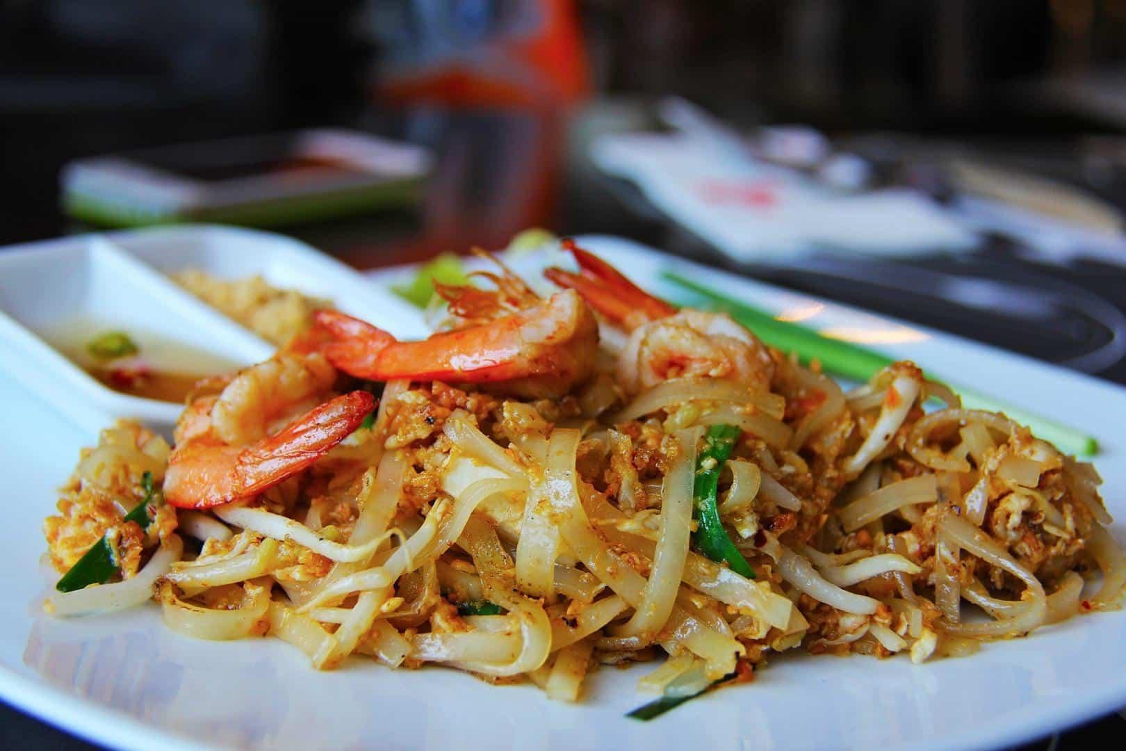 Ein klassisches Pad Thai mit Garnelen Thailändische Spezialitäten zum Nachkochen