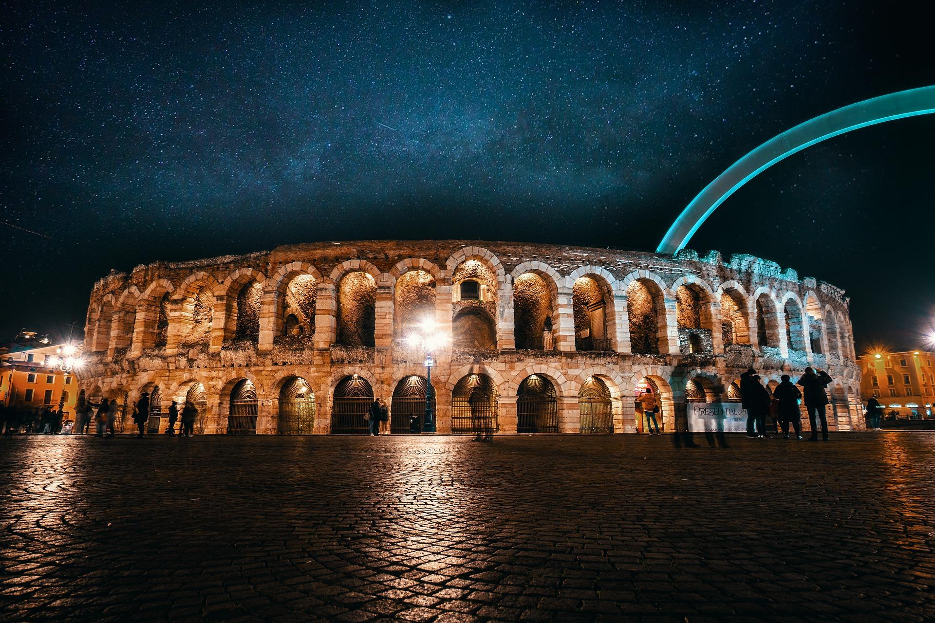 Beleuchtete Arena von Verona in Italien bei Nacht