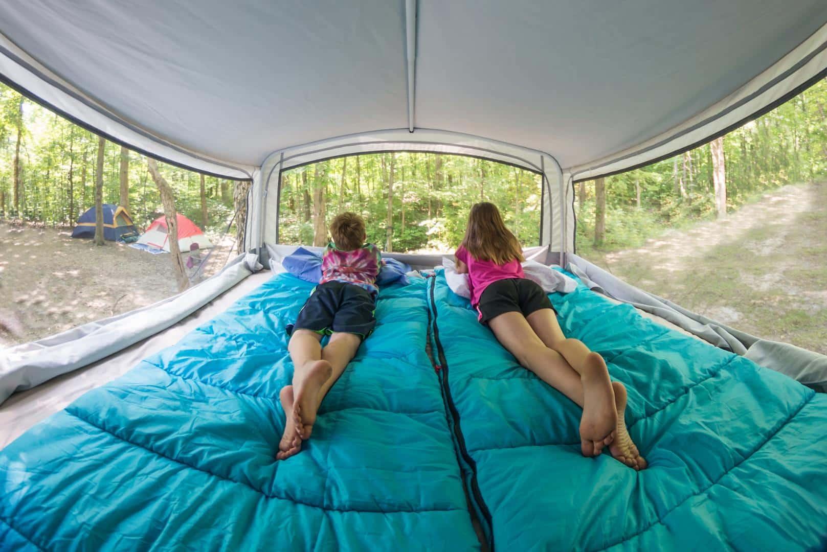 Mädchen im Campervan