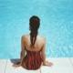 Frau sitzt am Pool im Erlebnisbad NRW