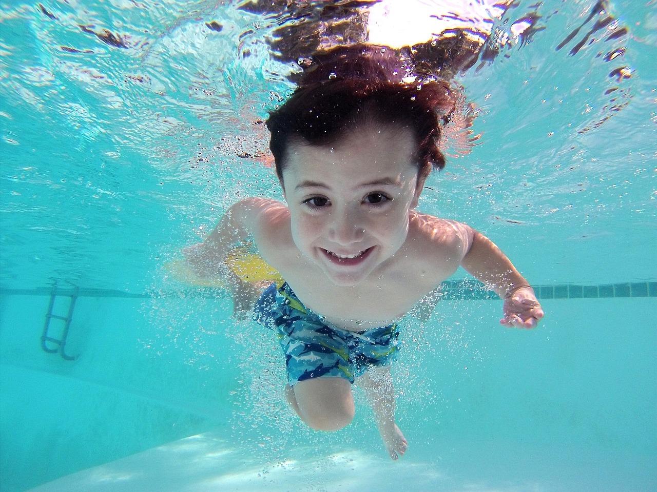 Junge taucht Unterwasser im Erlebnisbad NRW