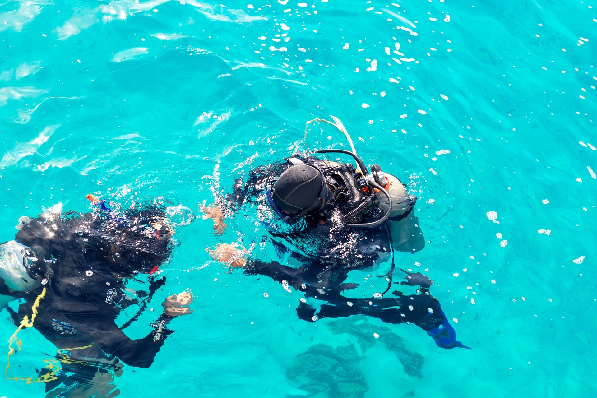 Tauchurlaub: Couple divers plunged into the ocean, top view
