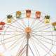 Buntes Riesenrad vor blauem Himmel im Freizeitpark Hessen