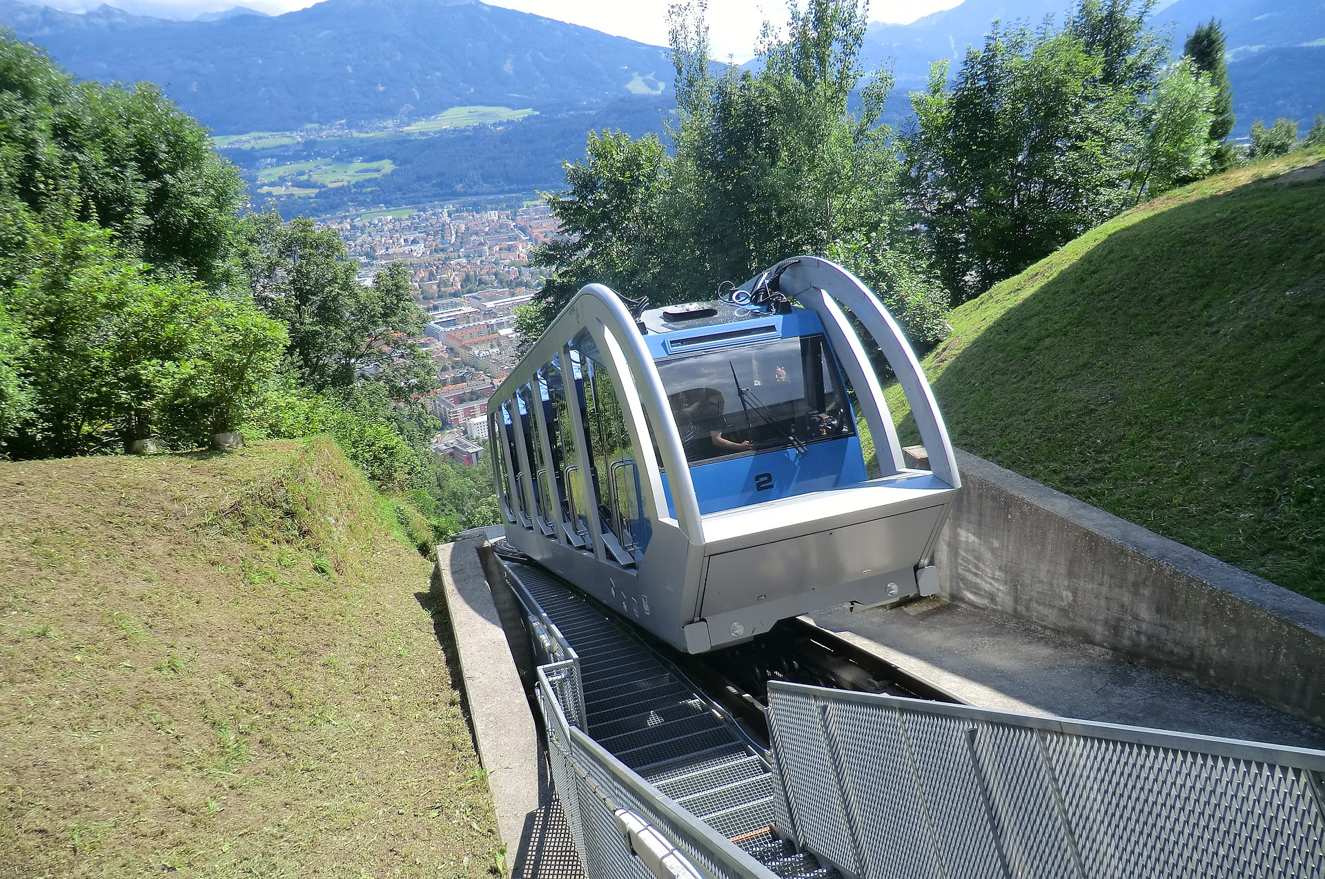 Blaue Hungerburgbahn in Innsbruck