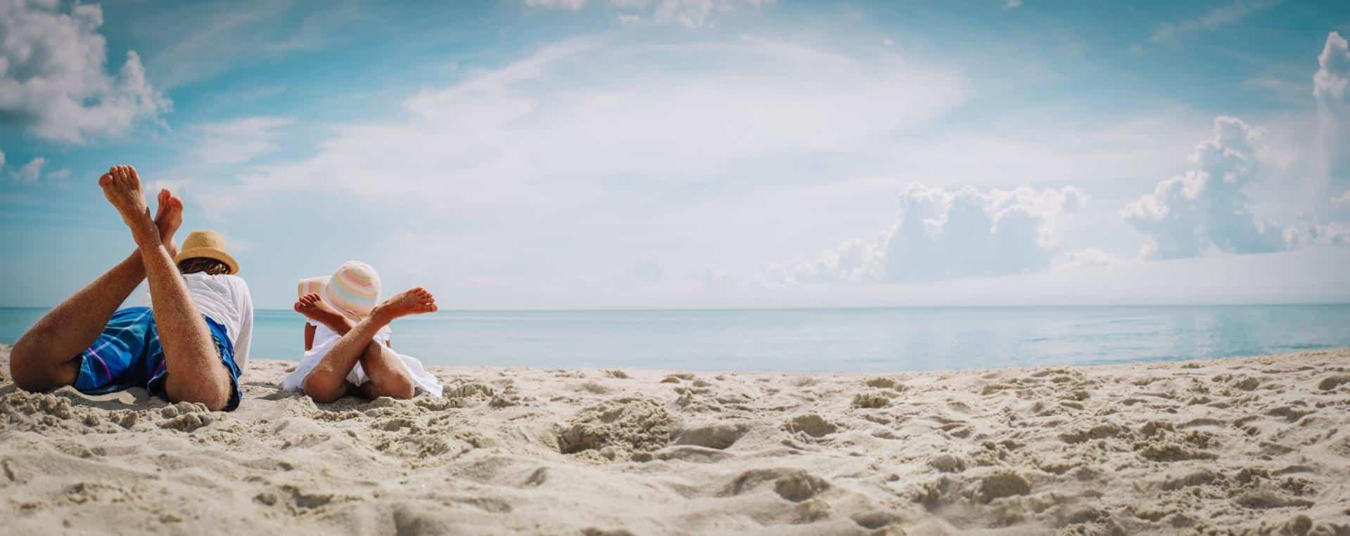 Papa und Kind am Strand