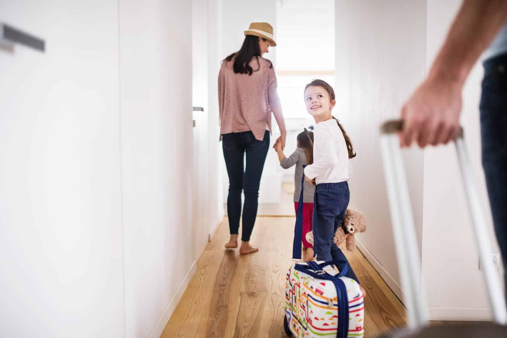 Familie zuhause mit Ihren Koffern auf dem Weg in den Urlaub