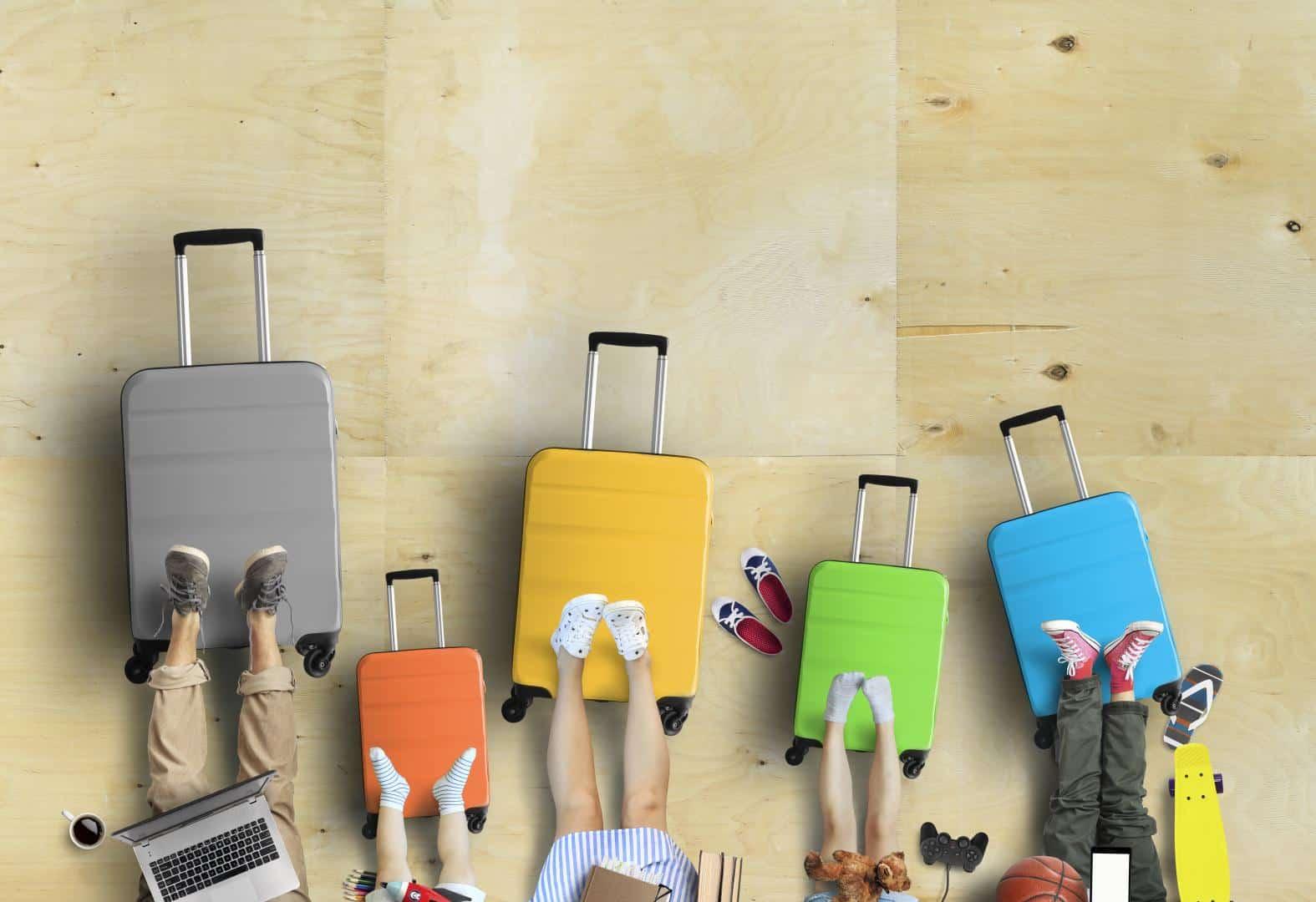 Familie mit Koffern auf dem Weg in den Urlaub