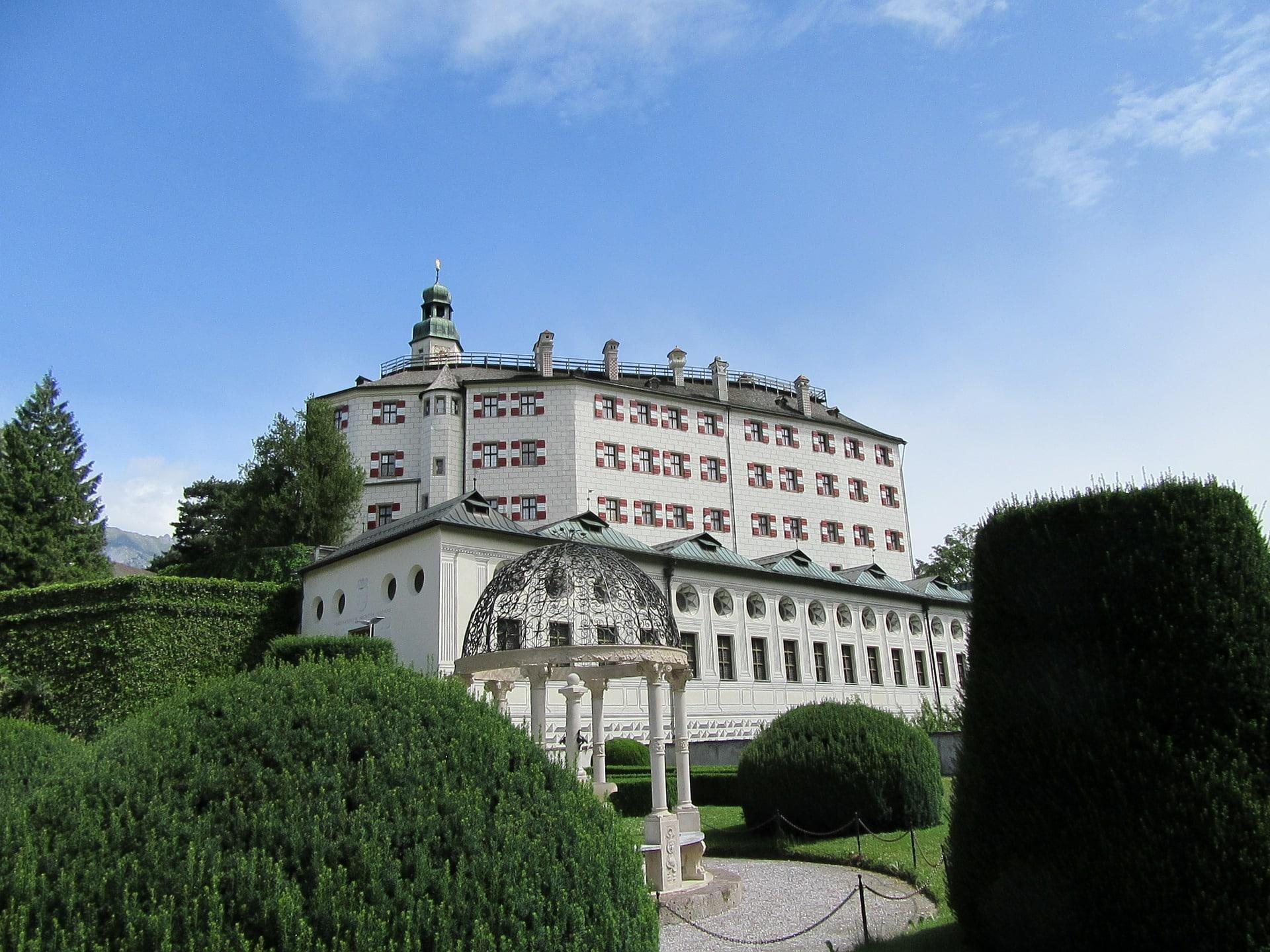 Pompöse Fassade Schloss Ambras in Innsbruck