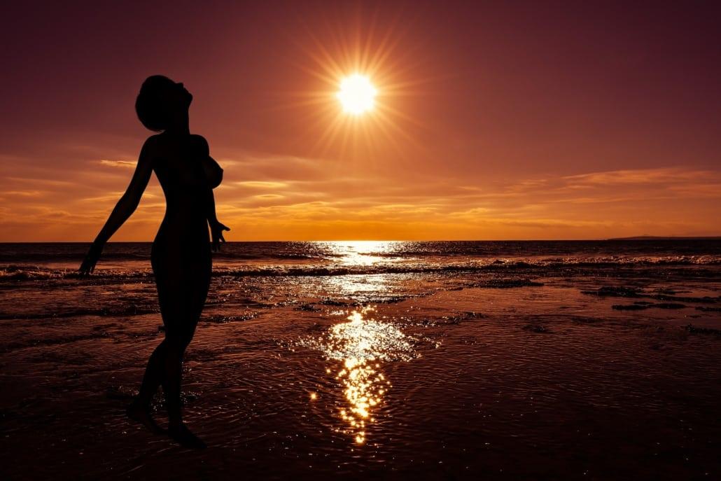 Cap d'Agde Nackte Frau am Meer im Sonnenuntergang