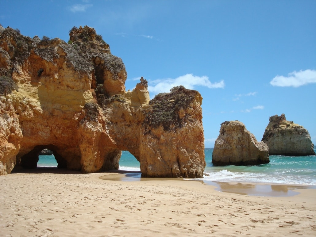 Rote Felsen am Strand der Algarve in Portugal